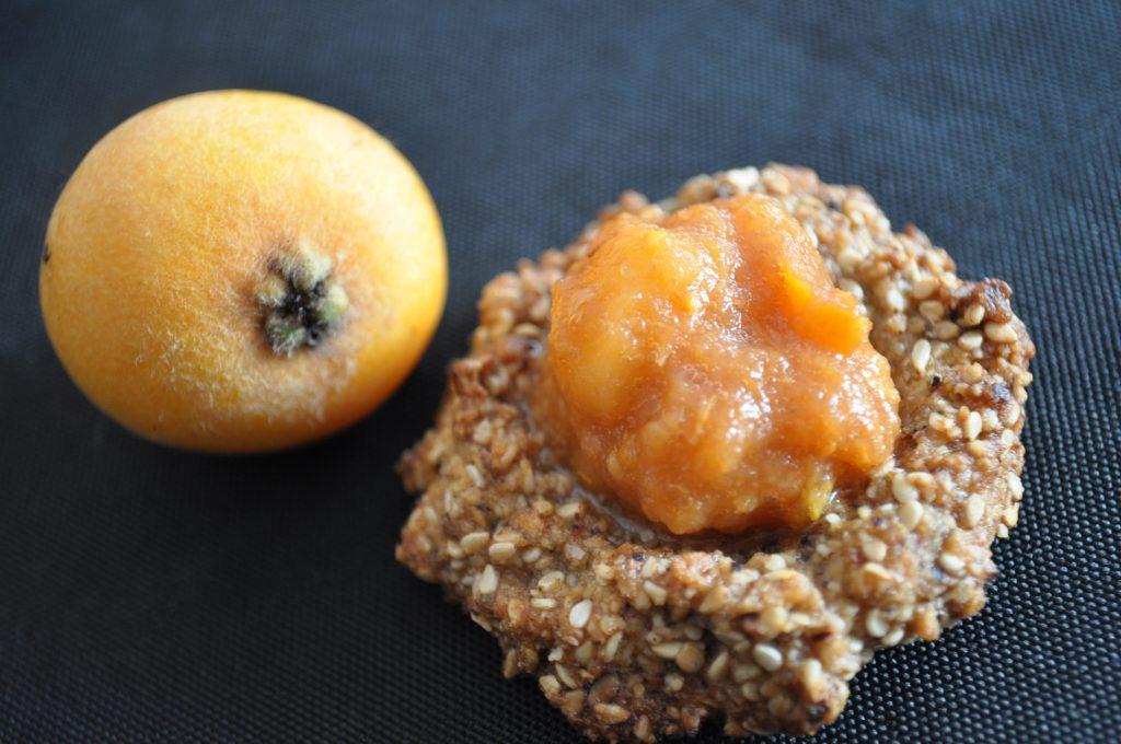 biscuits au sésame et purée de nèfle du Japon